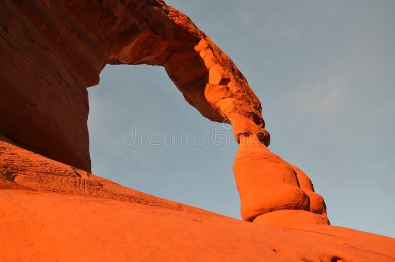 Puesta del sol en el arco delicado en parque nacional de los arcos imagen de archivo libre de regalías