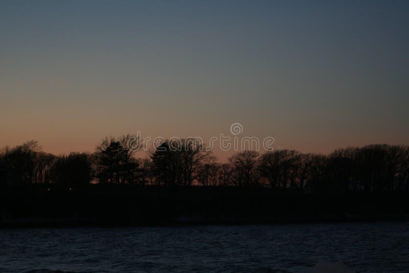 Puesta del sol en el borde de la bahía del lago fotografía de archivo libre de regalías