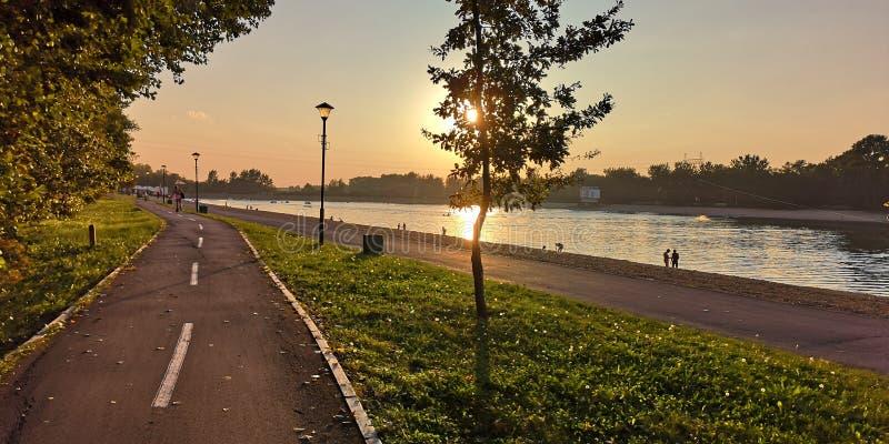 Puesta del sol en el camino de la bici cerca del lago Belgrado Europa Ada fotografía de archivo libre de regalías