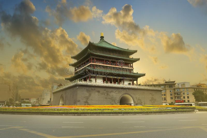 Puesta del sol en el campanario de la pared vieja XI del, Shanxi, China de la ciudad imagen de archivo