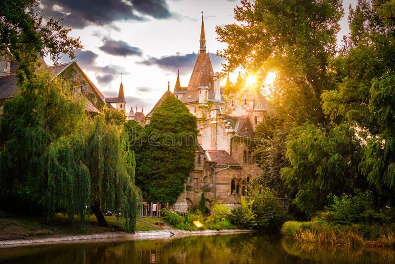 Puesta del sol en el castillo de Vajdahunyad situado en el parque de la ciudad en Budapest fotografía de archivo