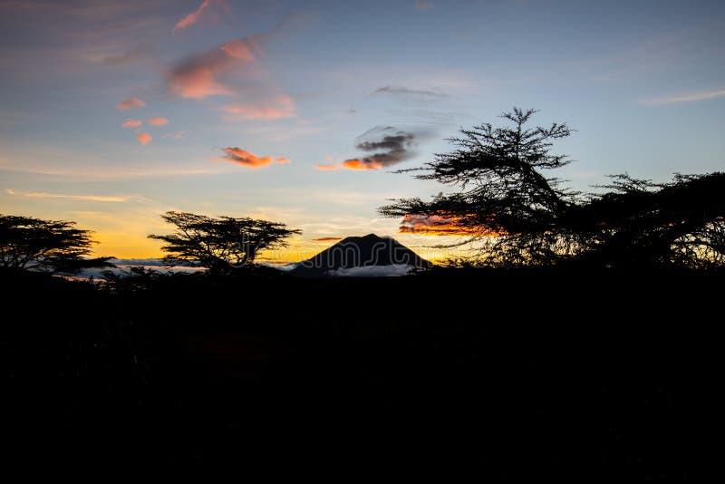 Puesta del sol en el cielo africano fotografía de archivo