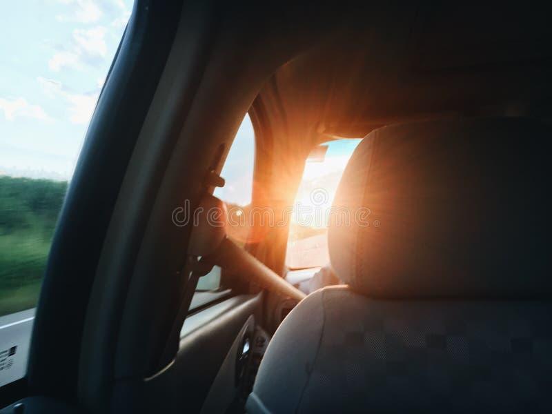 Puesta del sol en el coche imagenes de archivo