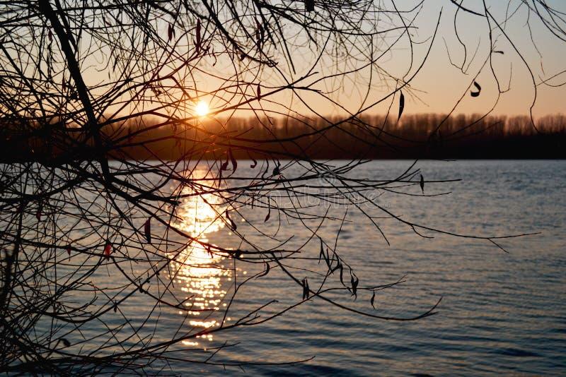 Puesta del sol en el Danubio imagenes de archivo