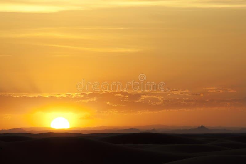 Puesta del sol en el desierto en el ergio Chebbi, Merzouga. foto de archivo libre de regalías