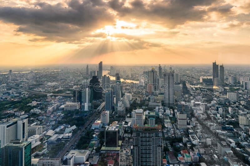 Puesta del sol en el edificio Crowded con el río Chao Phraya en la ciudad de Bangkok, Tailandia fotografía de archivo libre de regalías