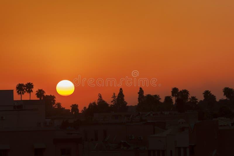 Puesta del sol en el EL-Fna de Jemaa del lugar en Marrakesh. fotos de archivo libres de regalías