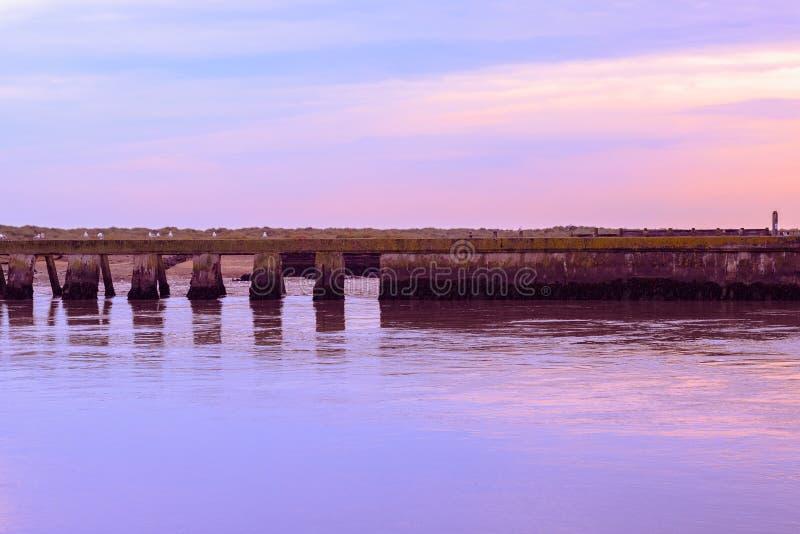 Puesta del sol en el empalme del río Blyth y del río de Dunwich en Southwold fotos de archivo libres de regalías