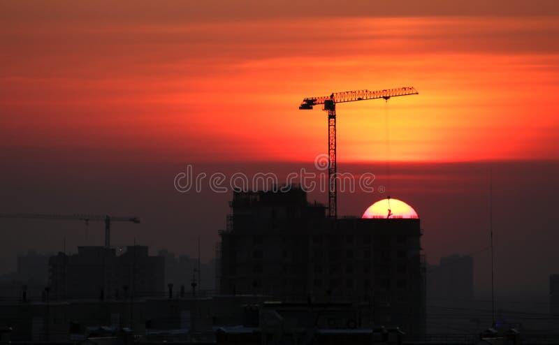 Puesta del sol en el emplazamiento de la obra de la ciudad imagen de archivo libre de regalías