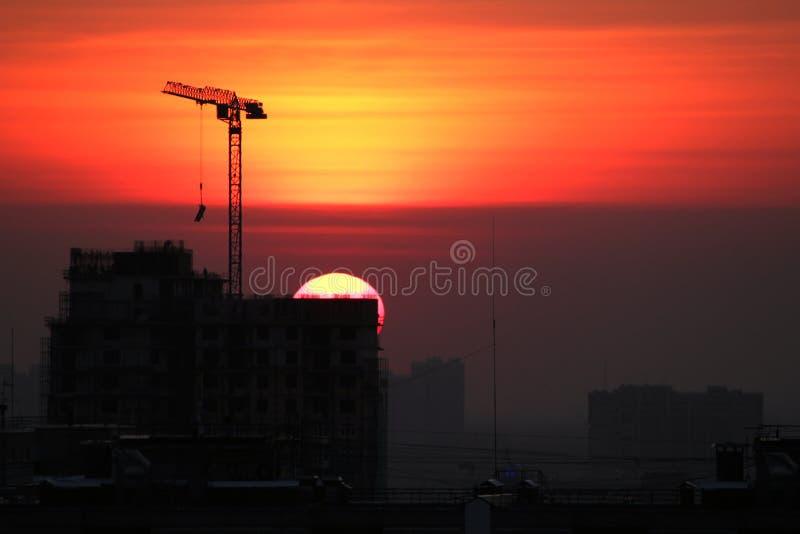 Puesta del sol en el emplazamiento de la obra de la ciudad foto de archivo libre de regalías