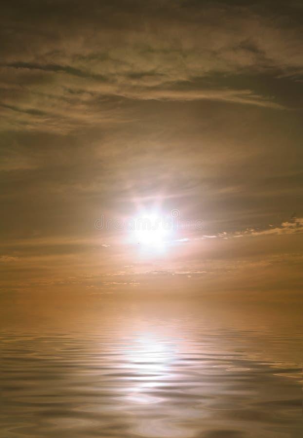 Puesta del sol en el final de un día de verano caliente fotos de archivo libres de regalías