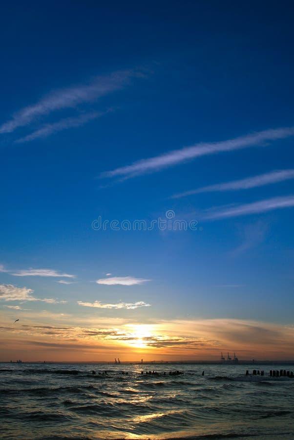 Puesta del sol en el final de un día de verano caliente imagen de archivo