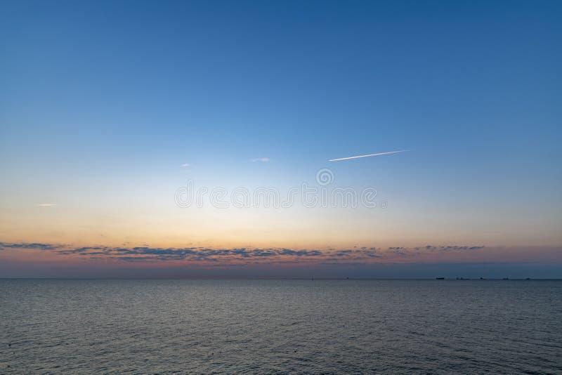 Puesta del sol en el fondo de la playa foto de archivo libre de regalías