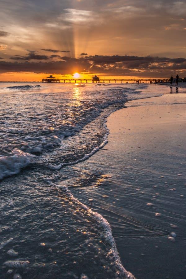 Puesta del sol en el fuerte Myers Beach imágenes de archivo libres de regalías