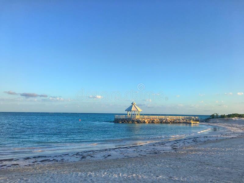 Puesta del sol en el Gazebo en la playa en cana del punta imagen de archivo