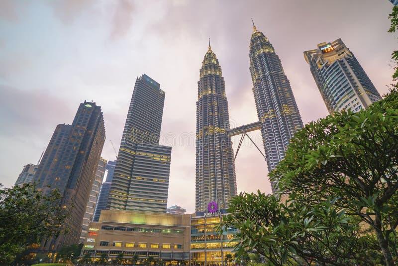 Puesta del sol en el horizonte de la ciudad de Kuala Lumpur con las torres gemelas de Petronas KLCC imágenes de archivo libres de regalías