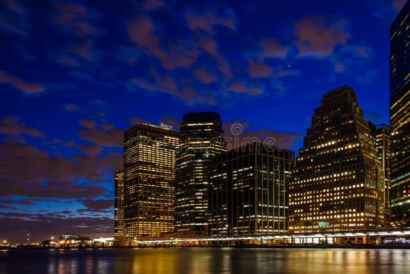 Puesta del sol en el horizonte del Lower Manhattan de East River, Nueva York Estados Unidos fotos de archivo