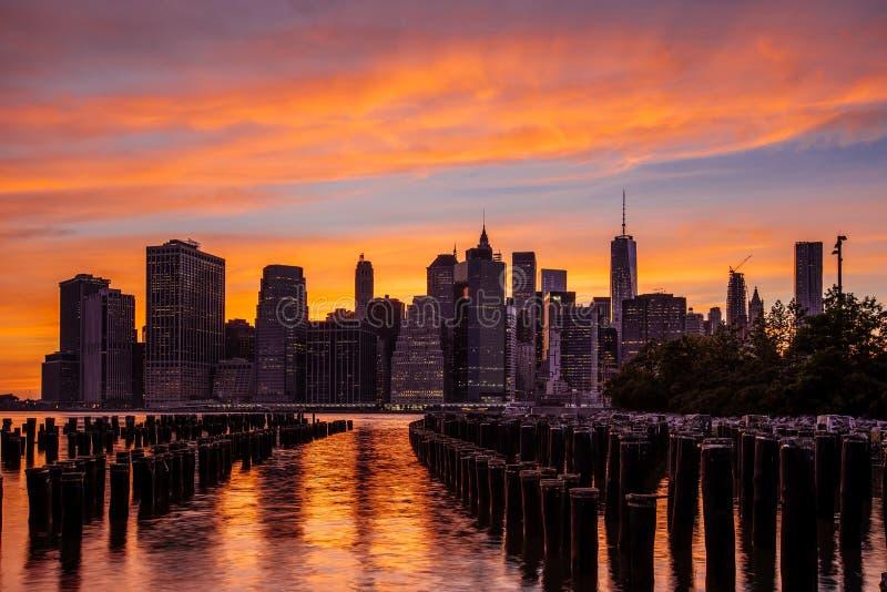 Puesta del sol en el horizonte del Lower Manhattan, Nueva York Estados Unidos fotos de archivo libres de regalías