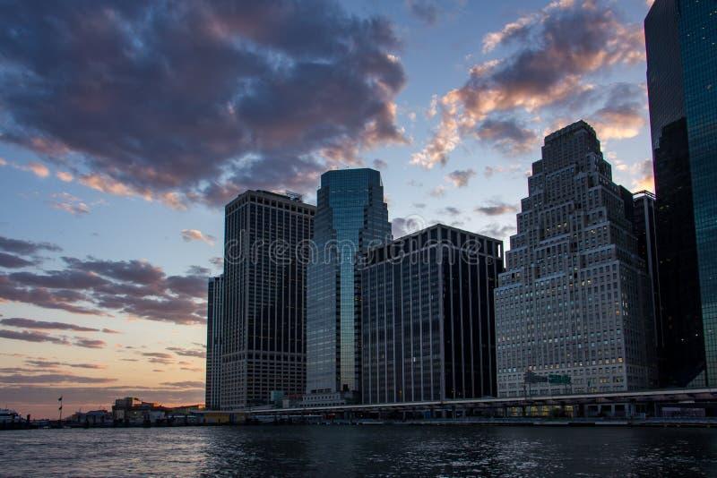 Puesta del sol en el horizonte del Lower Manhattan, Nueva York Estados Unidos fotos de archivo