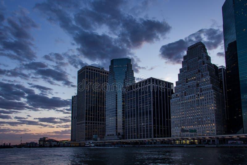 Puesta del sol en el horizonte del Lower Manhattan, Nueva York Estados Unidos fotografía de archivo libre de regalías
