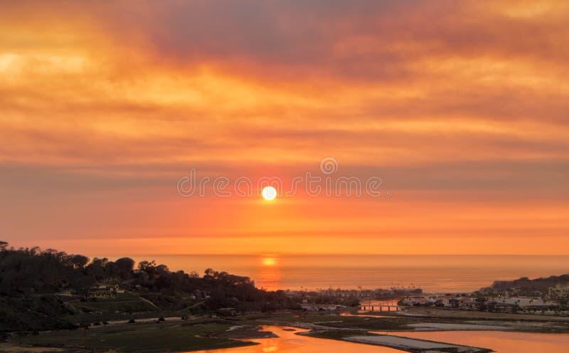 Puesta del sol en el humo del fuego, San Diego fotos de archivo