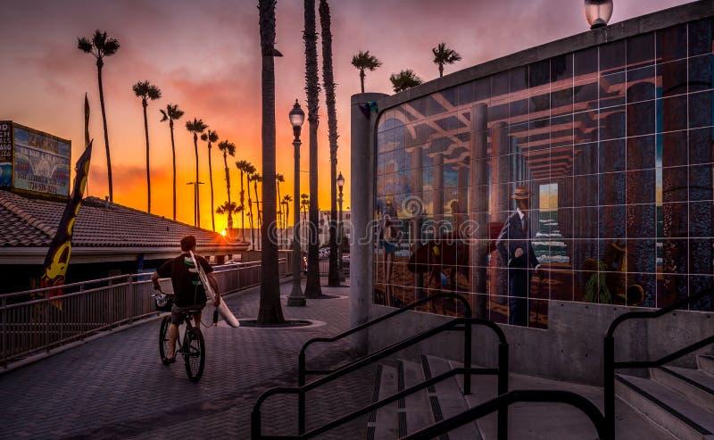 Puesta del sol en el Huntington Beach California fotos de archivo