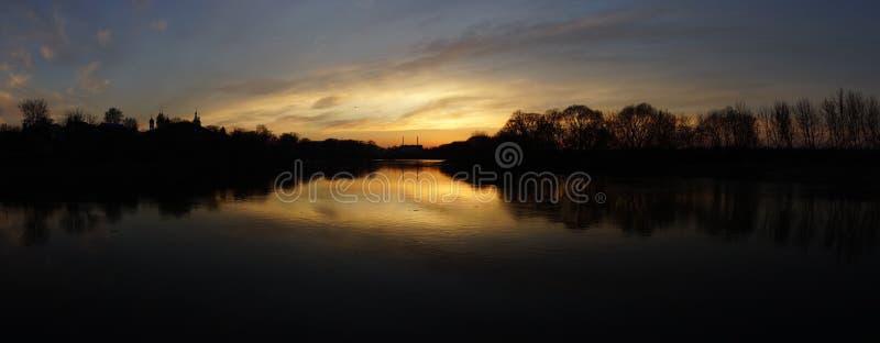 Puesta del sol en el lago fotografía de archivo libre de regalías