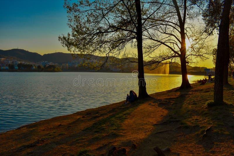Puesta del sol en el lago artificial de Tirana, Albania foto de archivo