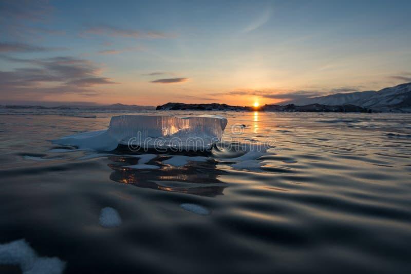 Puesta del sol en el lago Baikal fotografía de archivo libre de regalías