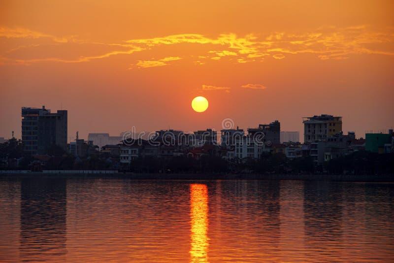Puesta del sol en el lago del oeste, Hanoi, Vietnam imágenes de archivo libres de regalías