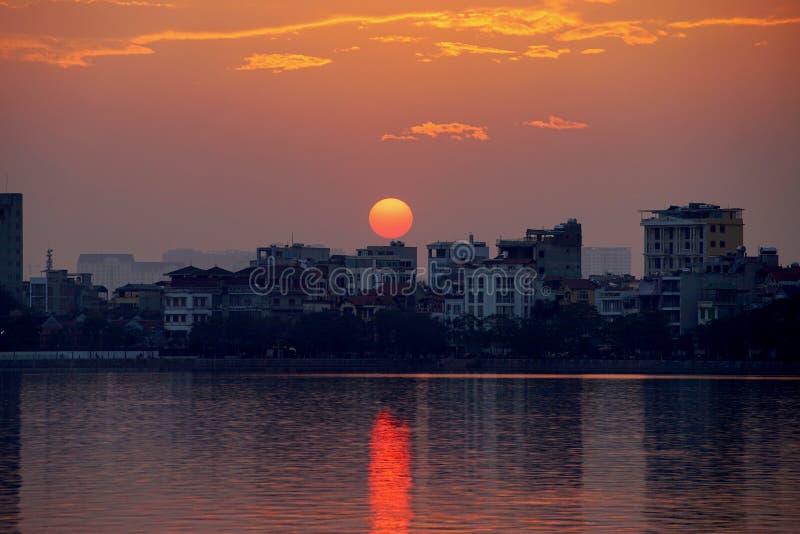 Puesta del sol en el lago del oeste, Hanoi, Vietnam imagen de archivo