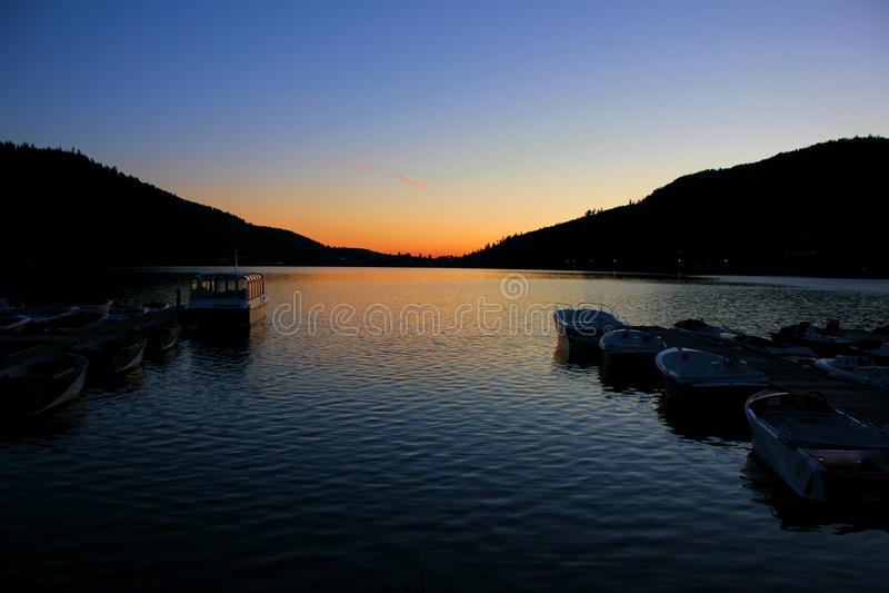 Puesta del sol en el lago del gerardmer en Francia fotos de archivo