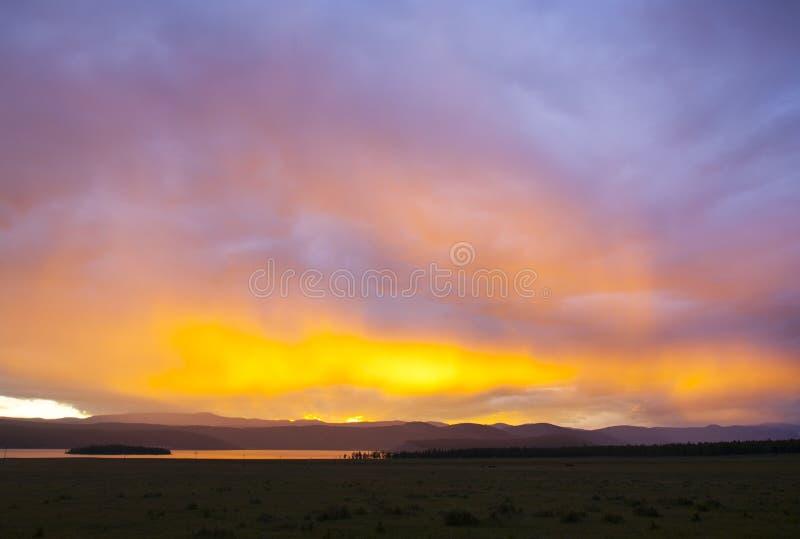 Puesta del sol en el lago Khovsgol imagenes de archivo