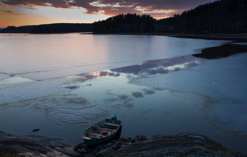 Puesta del sol en el lago Ladoga, Karelia imagenes de archivo
