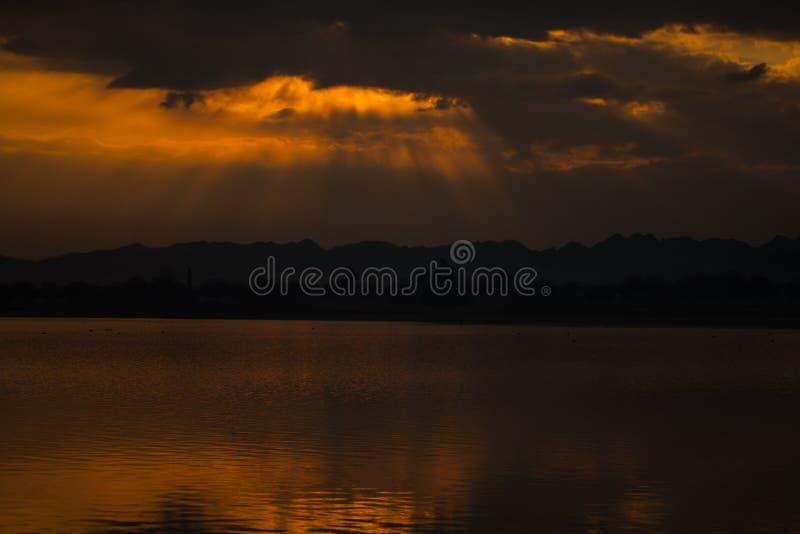 Puesta del sol en el lago fotos de archivo libres de regalías