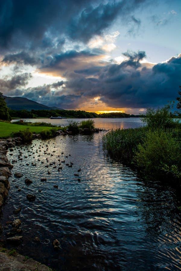Puesta del sol en el lago Leane en el parque nacional de Killarney en Irlanda fotos de archivo libres de regalías