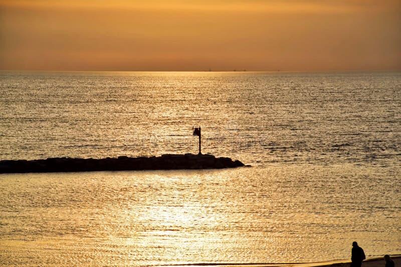 Puesta del sol en el lago Michigan con la vista de la silueta del lago Michigan en fondo lejano imagenes de archivo