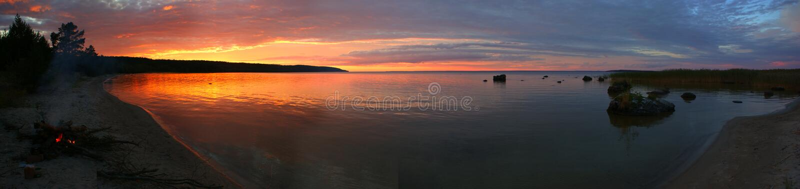 Puesta del sol en el lago Onega imagenes de archivo