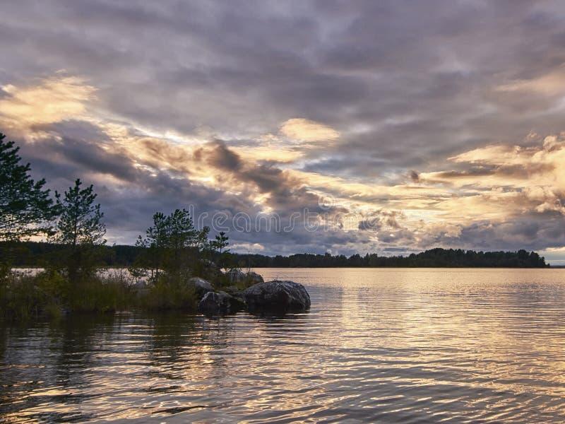 Puesta del sol en el lago Onego imagen de archivo
