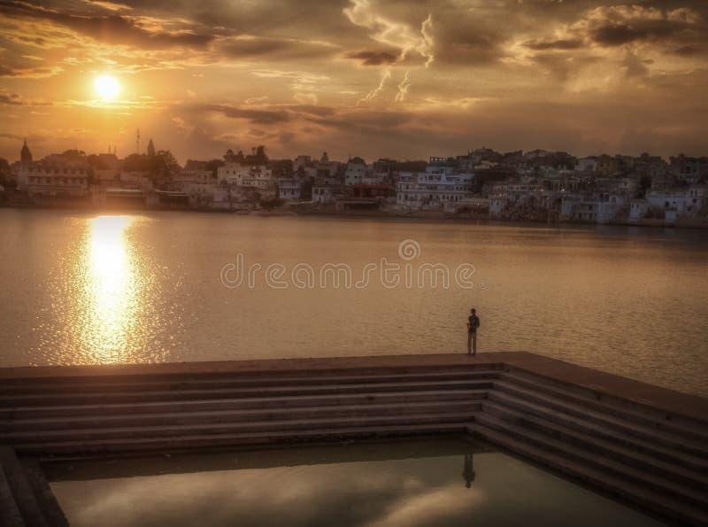 Puesta del sol en el lago Pushkar imagen de archivo