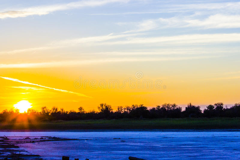 Puesta del sol en el lago salado fotos de archivo