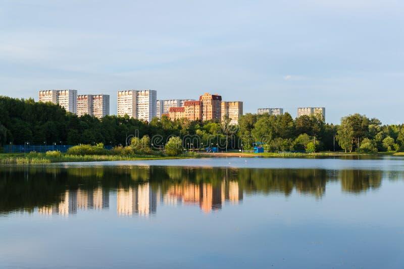 Puesta del sol en el lago school en el distrito de Zelenograd de una Moscú, Rusia fotografía de archivo