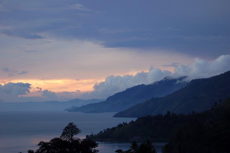 Puesta del sol en el lago Toba imagen de archivo libre de regalías