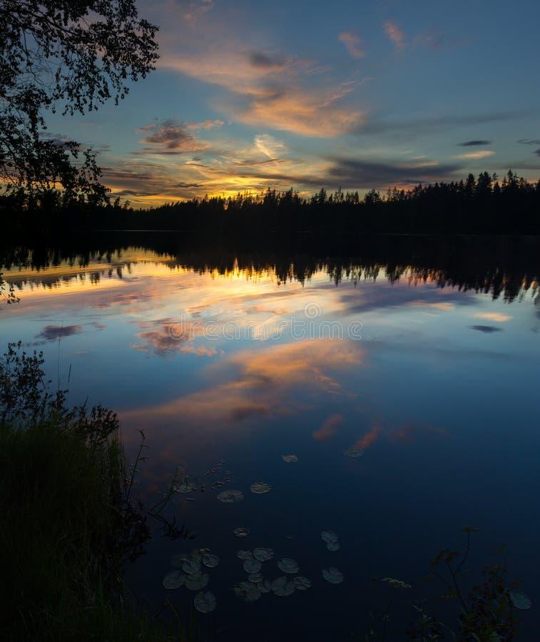 Puesta del sol en el lago Vetrenno, el istmo carelio, oblast de Leningrad, Rusia fotos de archivo