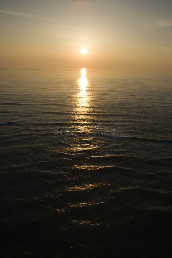 Puesta del sol en el mar. imagen de archivo libre de regalías