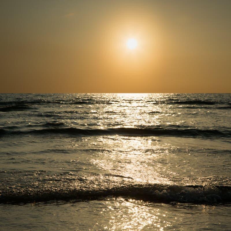 Download Puesta del sol en el mar foto de archivo. Imagen de rojo - 42430832