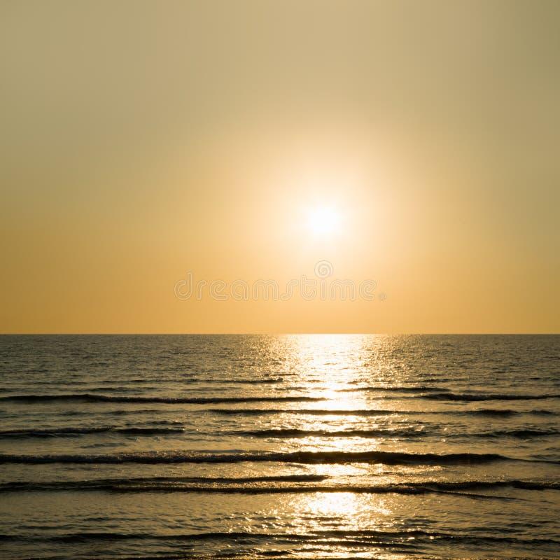 Download Puesta del sol en el mar imagen de archivo. Imagen de oscuridad - 42430901