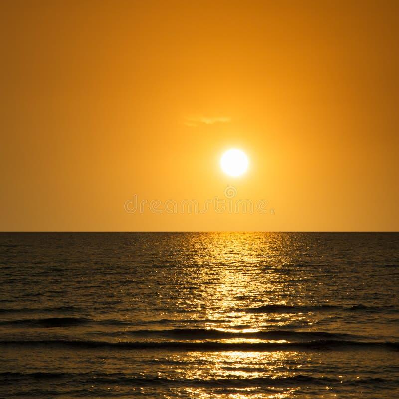 Download Puesta del sol en el mar imagen de archivo. Imagen de color - 42431367
