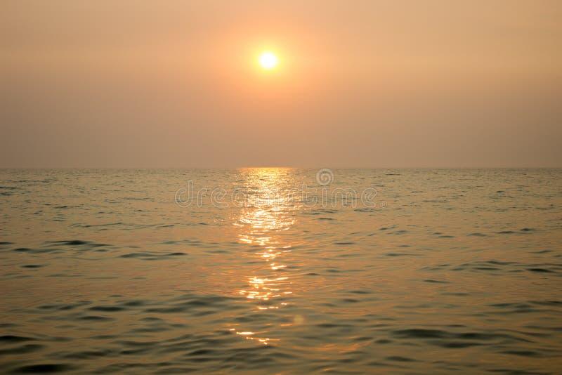 Puesta del sol en el mar foto de archivo