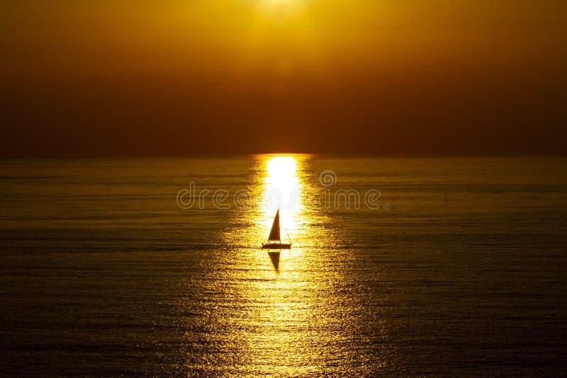Puesta del sol en el mar abierto